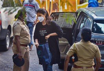 महिला पुलिस की गिरफ्त की रिया चक्रवर्ती
