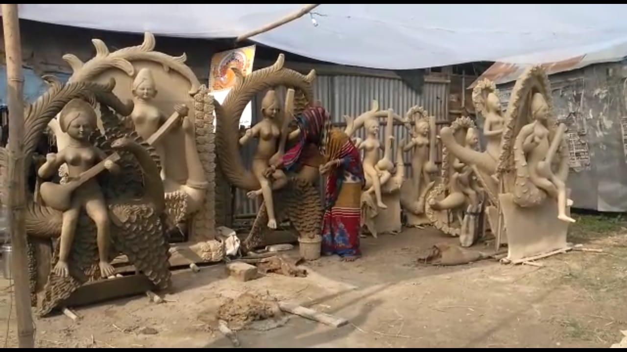 ग्राहकों की कमी के कारण मूर्तिकारों के सामने रोटी का संकट