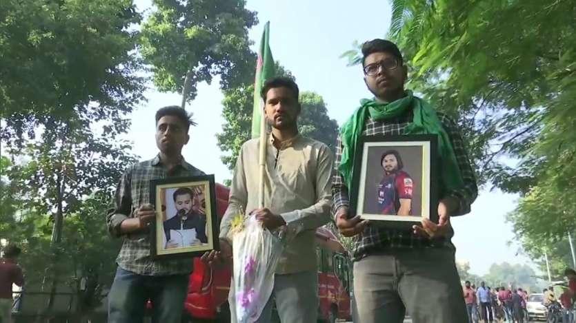 तेजस्वी यादव घर के बाहर समर्थकों की भीड़