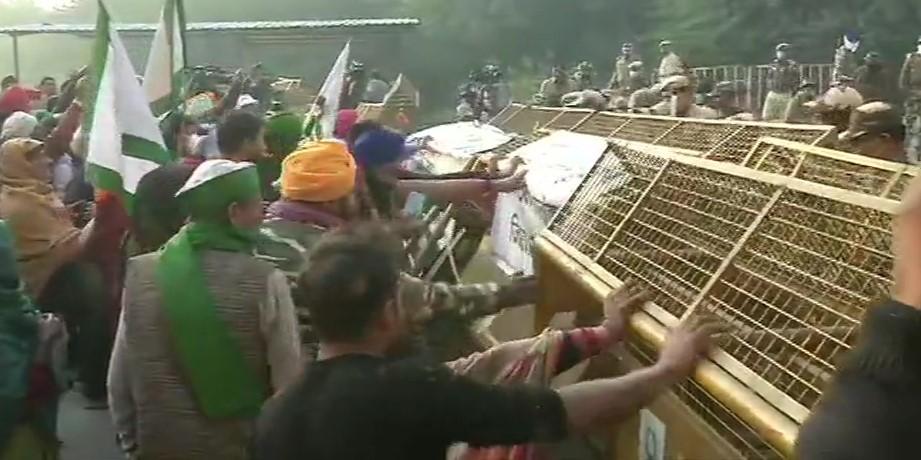 दिल्ली बॉर्डर पर  बैरिकेड्स हटाते किसान