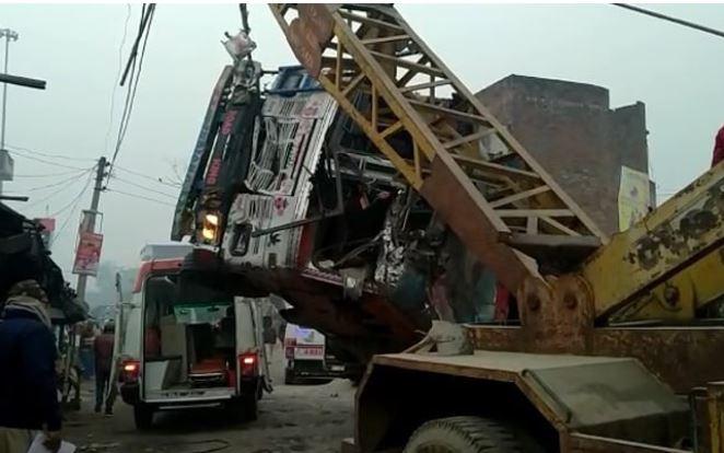 दुर्घटनाग्रस्त ट्रक को हटाती क्रैन