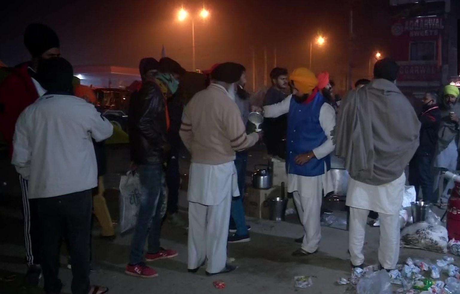 सिंघु बॉर्जर पर आंदोलकारी किसानों को सुबह की चाय बांटते स्थानीय लोग