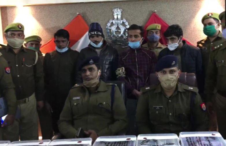 गिरफ्तार आरोपियों और बरामद नकदी के साथ पुलिस