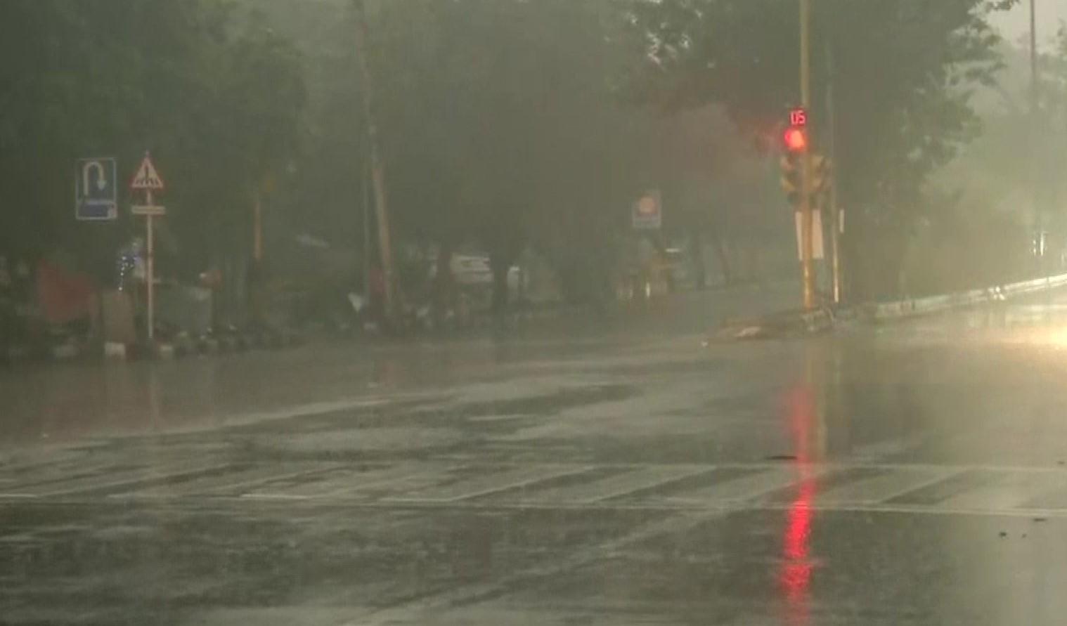 बारिश से दिल्ली में बढ़ी और सर्दी