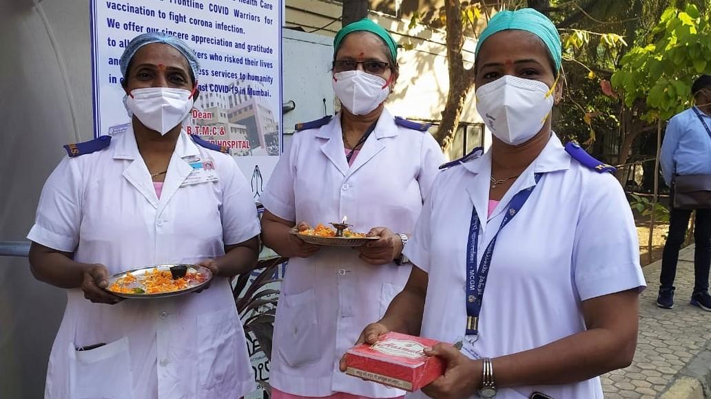 कोरोना टीकाकरण के शुभारंभ पर आरती की थाली और मिष्ठान के साथ मुंबई में कूपर अस्पतान की नर्सें