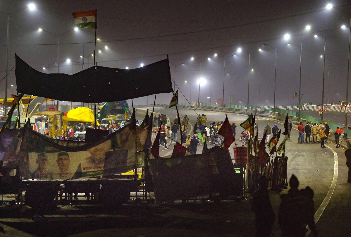 दिल्ली बार्डर पर रात को जारी रहा किसानों का प्रदर्शन