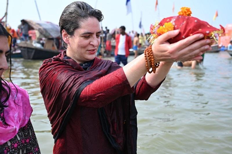 प्रयागराज में पवित्र त्रिवैणी पर प्रियंका ने किया गंगा स्नान