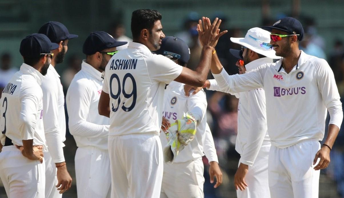 जीत का जश्न मनाती भारतीय टीम