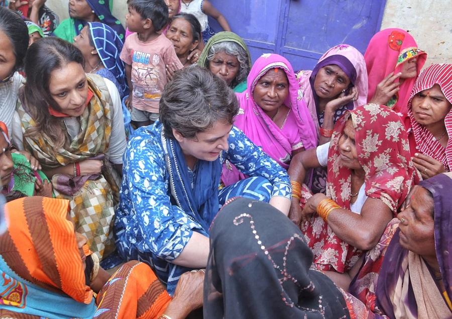 महिलाओं के बीच कांग्रेस महासचिव प्रियंका गांधी