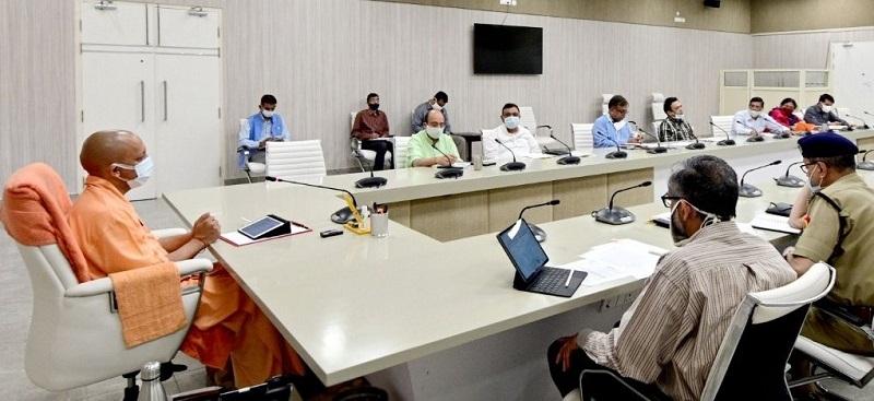सरकारी आवास पर उच्चस्तरीय बैठक लेते सीएम योगी