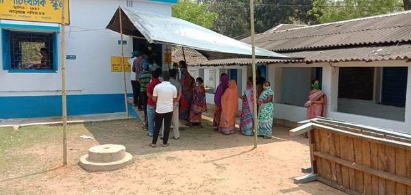 पश्चिम बंगाल में मतदान के लिए खड़े मतदाता