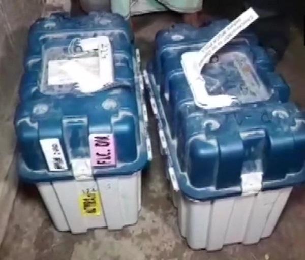 TMC नेता के घर से बरामद हुई EVM और  VVPATs