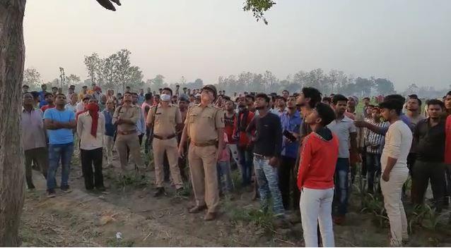 मौके पर जांच में जुटी पुलिस और ग्रामीण