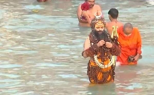 हरिद्वार महाकुंभ में शाही स्नान के लिए उमड़े लोग