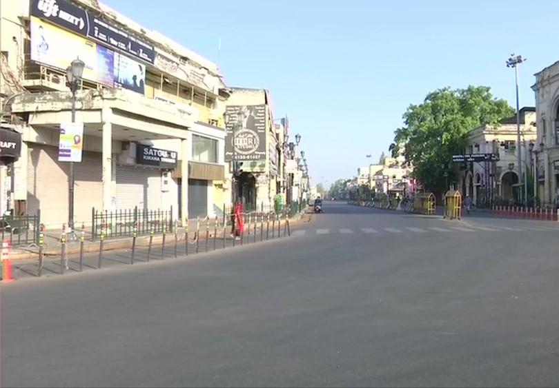 राजधानी लखनऊ की सड़क रविवार सुबह पर पसरा सन्नाटा