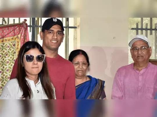 माता-पिता के साथ क्रिकेटर महेंद्र सिंह धोनी (फाइल फोटो)
