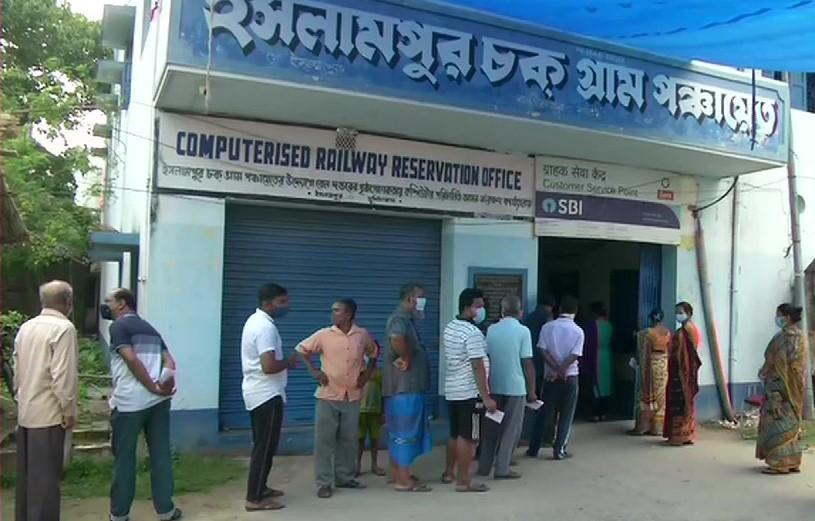 मुर्शीदाबाद के एक मतदान केंद्र पर कतार में खड़े वोटर्स