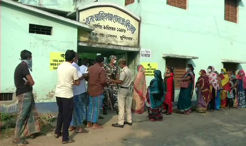 वोटिंग के लिये कतार में खड़े मतदाता
