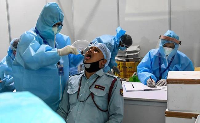 कोरोना टेस्ट करवाते लोग (फाइल फोटो)