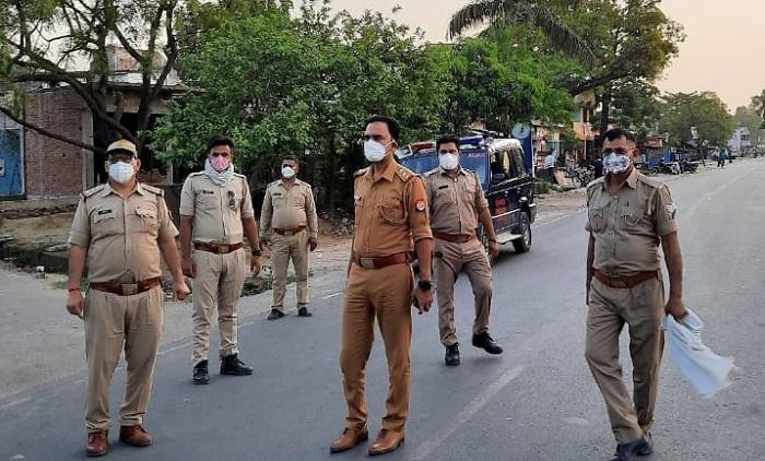 सीतापुर में गश्त करती पुलिस
