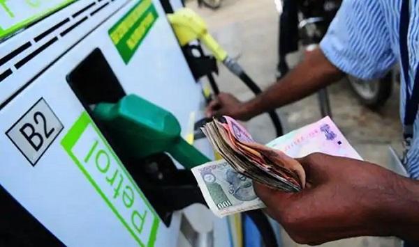 पेट्रोल-डीजल के दामों में वृद्धि (फाइल फोटो)