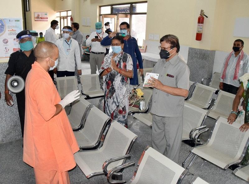 बीआरडी मेडिकल कॉलेज में टीकाकरण का निरीक्षण करते सीएम योगी