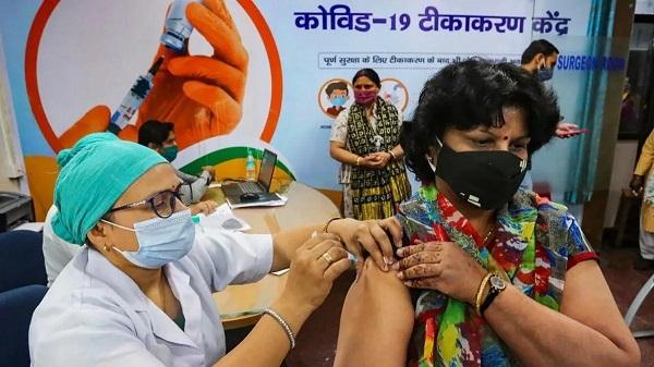 कोरोना वैक्सीनेशन (फाइल फोटो)