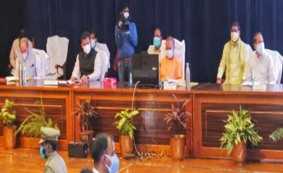 सीएम योगी ने अधिकारियों संग की समीक्षा बैठक