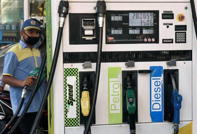 पेट्रोल-डीजल पर महंगाई की मार (फाइल फोटो)