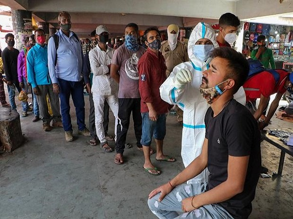 दिल्ली में कोरोना की रफ्तार धीमी पड़ने लगी है (फाइल फोटो)