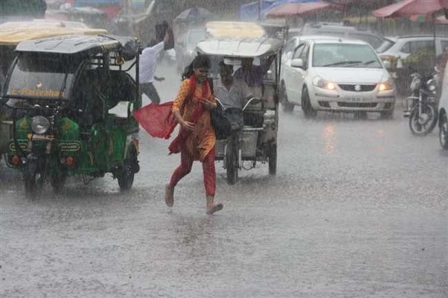 दिल्ली में मंगलवार की सुबह को तेज बारिश