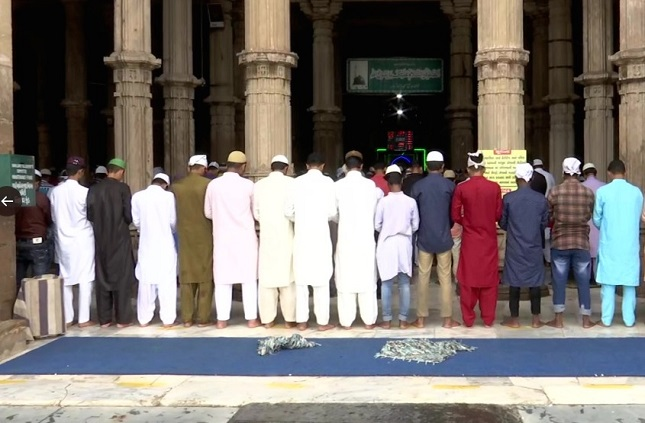देश में आज मनाया जा रहा ईद का त्योहार