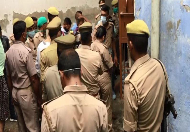 मौके पर जांच में जुटी पुलिस