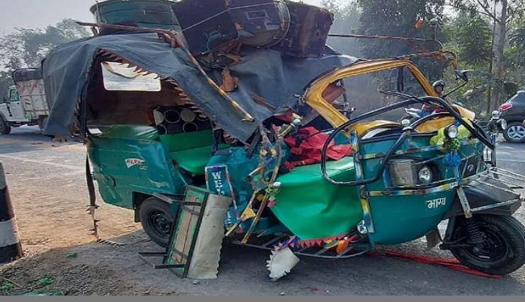 ट्रक की टक्कर से ऑटो चकनाचूर