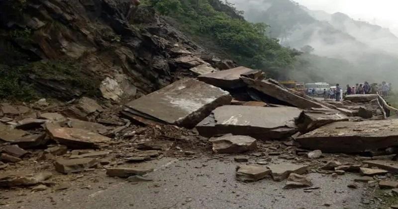 भारी बारिश के बाद कई स्थानों पर सड़कें अवरूद्ध (फाइल फोटो)
