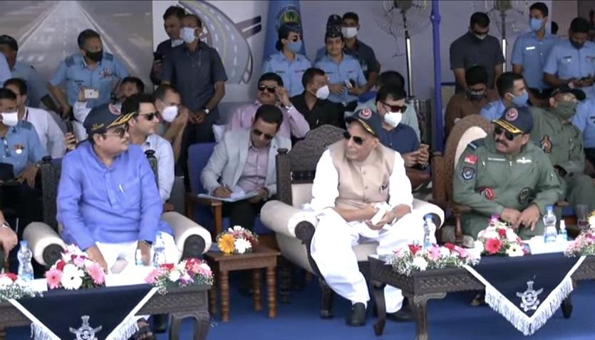 इमरजेंसी लैंडिग फिल्ड के उद्धघाटन पर रक्षा मंत्री राजनाथ सिंह, केंद्रीय मंत्री नितिन गड़करी व अन्य