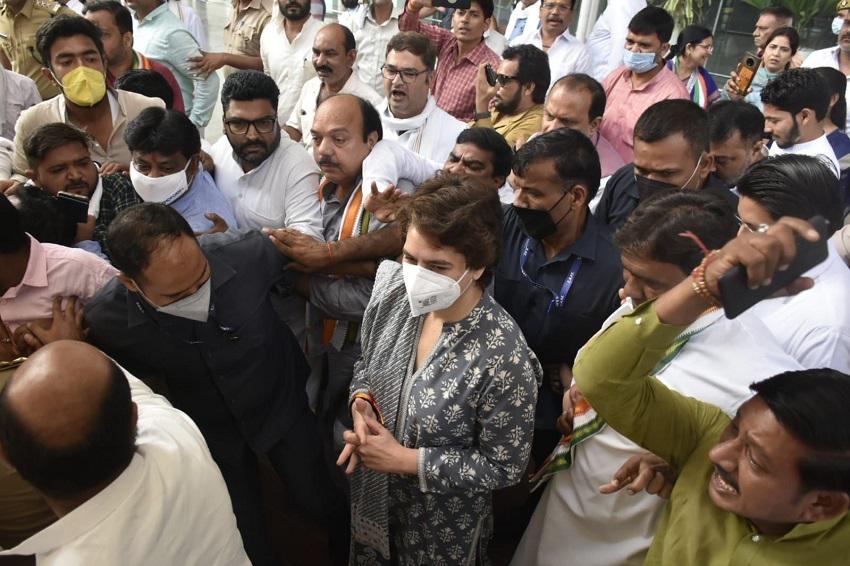 लखीमपुर पहुंचीं प्रियंका गांधी